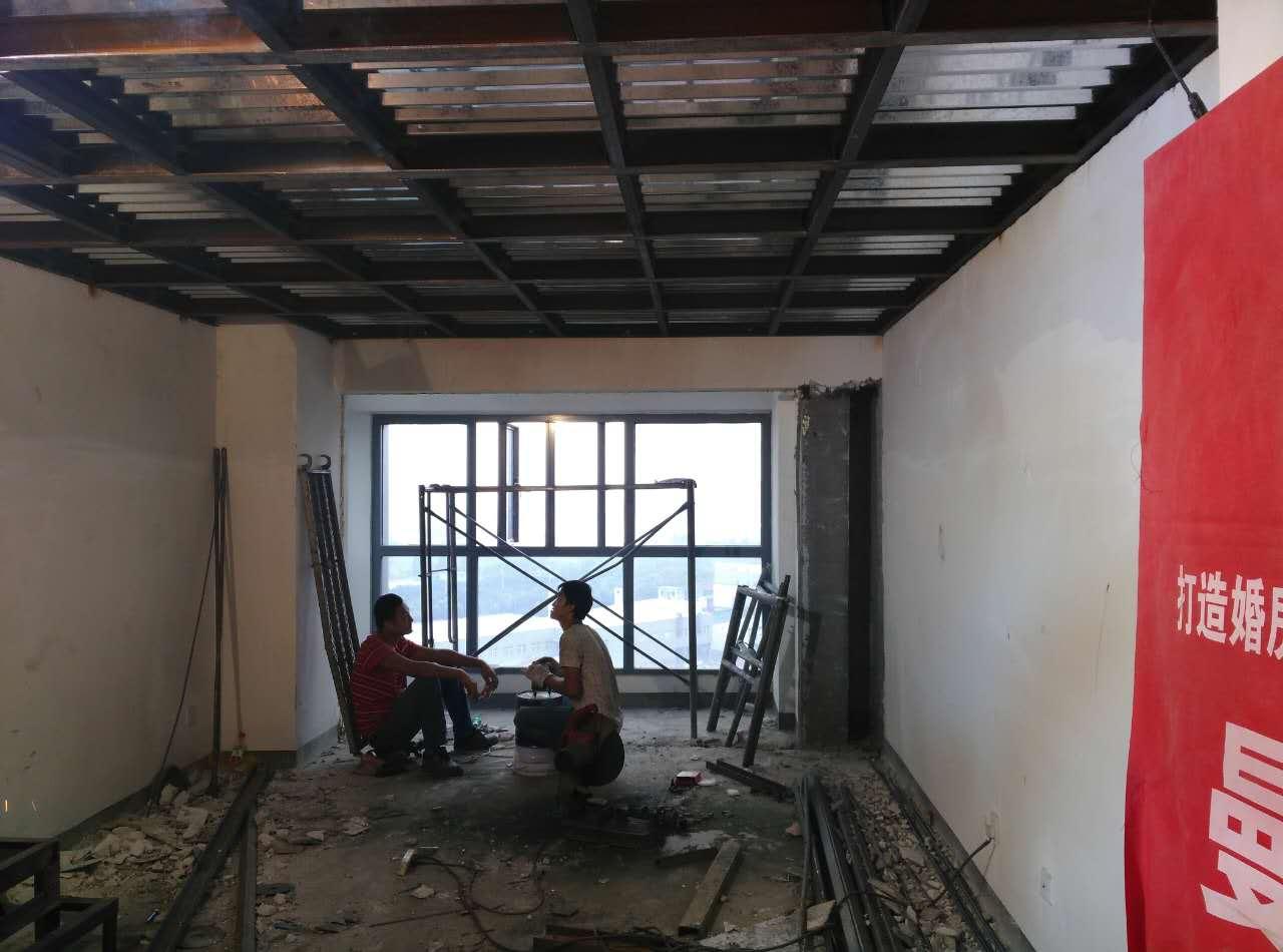 对于像同进理想城的这种LOFT公寓装修,曼城多年的经验验证,隔层的搭建是业主最关心的事情,这个小区有非常好的优势,物业允许做钢混结构的隔层,那业主肯定首选的就是钢混了,虽然在总价上面有所提高,但降低了稍许杂音,提升生活品质。下面让我们来看一下钢混施工的工艺